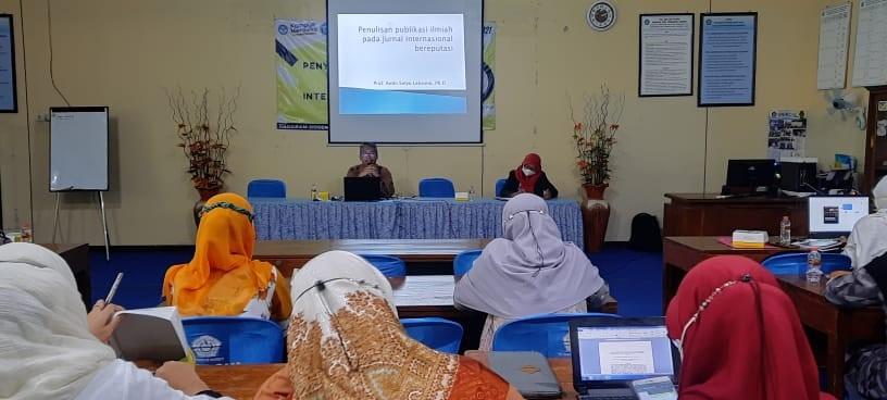 : Prof. Amin Setyo Leksono, S.Si.,M.Si.,Ph.D saat mengisi pelatihan enyusunan Artikel Hasil Penelitian Untuk Publikasi International Bereputasi.